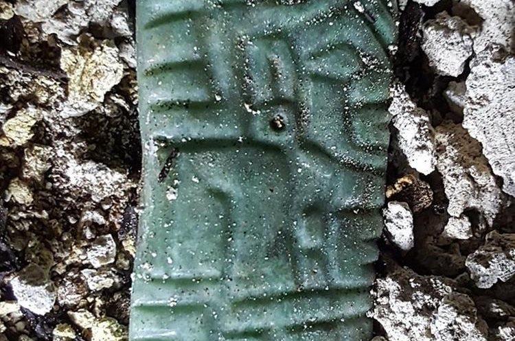 Colgante de Jade encontrado en una de las tumbas