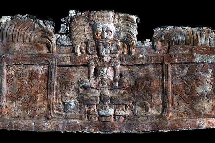 Frizo con figuras de reyes y divinidades Mayas