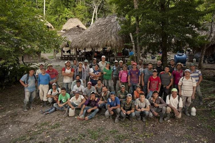 Grupo de colaboradores que trabaja con Francisco Estrada Belli en Holmul.